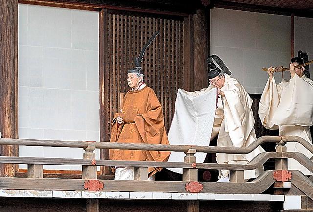 「奉告の儀」に臨む天皇陛下=12日、皇居・賢所、宮内庁提供