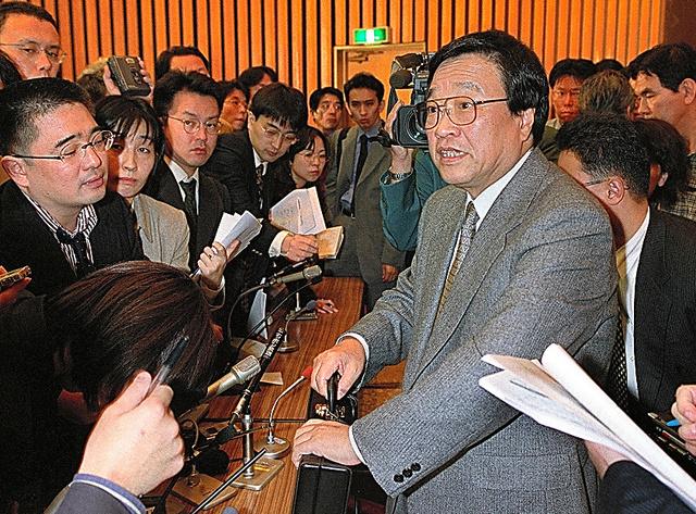 そごうの再生計画案について会見後も記者に囲まれる和田繁明・そごう特別顧問=2000年10月25日