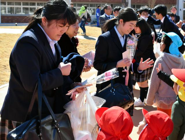 同じ敷地で学ぶ園児からも祝福される飯舘中の卒業生たち=飯舘村