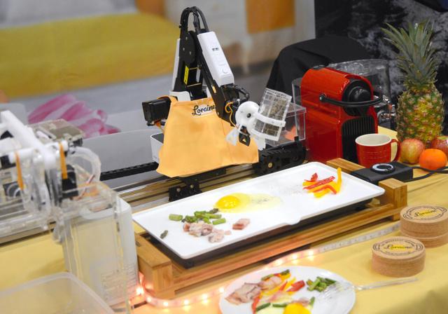 目玉焼きにこしょうを振る、調理ロボット「ロレイン」=米テキサス州オースティン