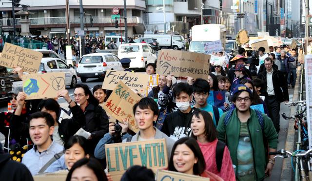 地球温暖化の危機を訴えるため、デモ行進する参加者=15日午後、東京都渋谷区、飯塚悟撮影