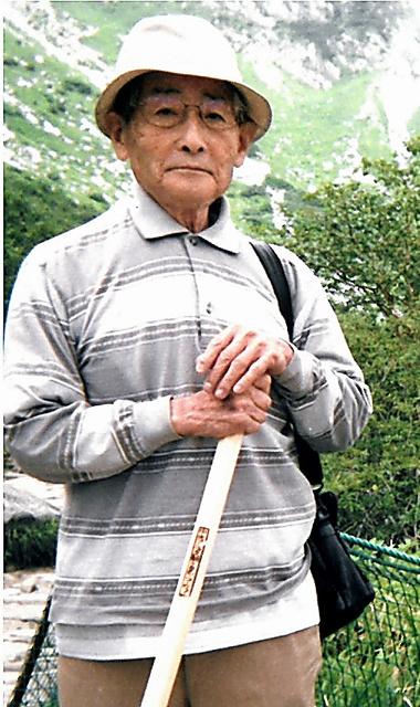 90歳過ぎまで登山を楽しんでいた直木孝次郎さん=2009年、長野県の木曽駒ケ岳、中尾芳治さん提供