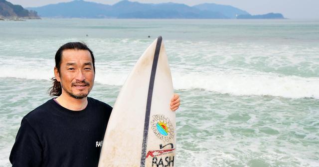 返す波が見えない「片寄せ波」で知られる浪板海岸を背にする杉本浩さん=岩手県大槌町