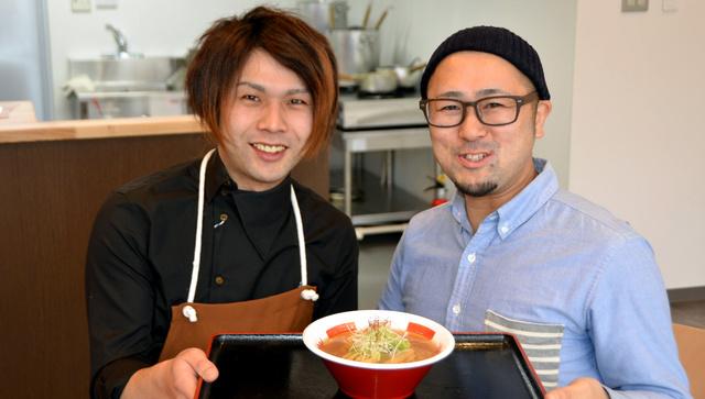 「新巻鮭ラーメンを新名物に」と意気込む菊池晃総さん(右)と前川青空さん=岩手県大槌町