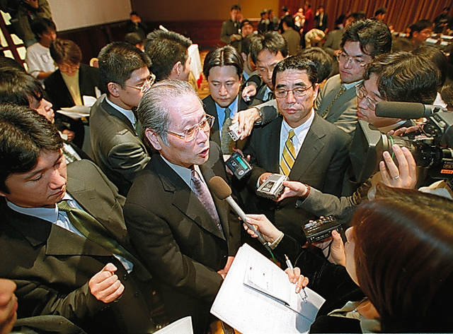 再建策の発表後も報道陣に囲まれるダイエーの高木邦夫社長=2002年1月18日、東京都港区