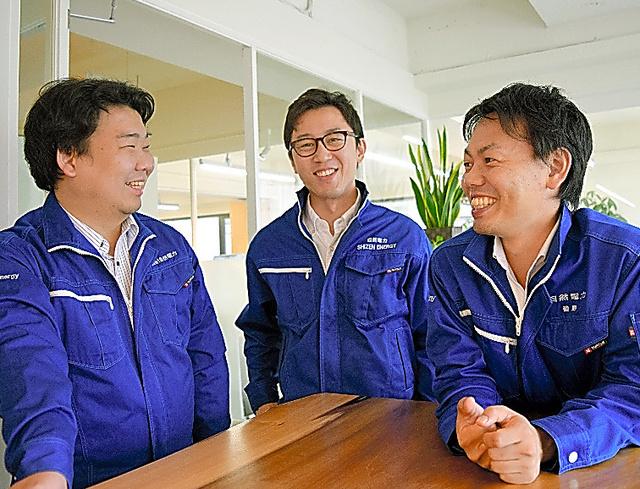 左から自然電力の川戸健司さん、長谷川雅也さん、磯野謙さん=同社提供