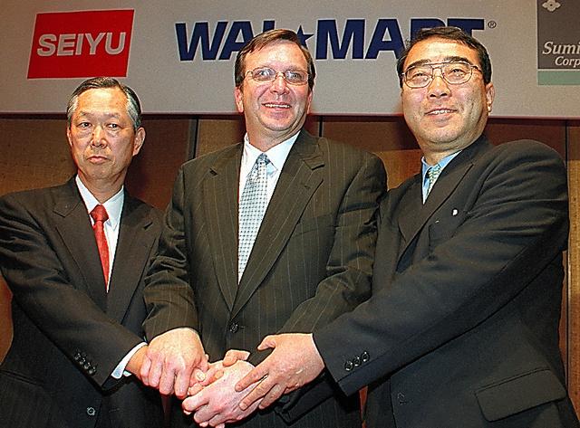 西友とウォルマートの提携会見には、木内政雄社長(右)、チャールズ・ホリー氏(中央)らが臨んだ=2002年3月14日、東京都内