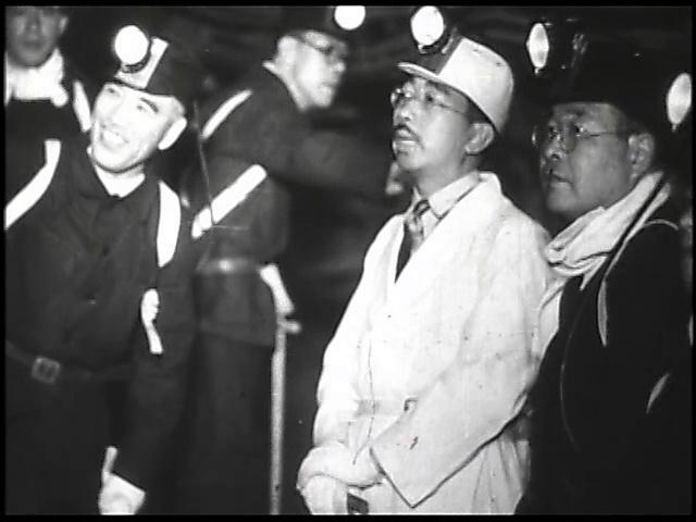 九州を巡幸した際、三井三池炭鉱を視察する昭和天皇=1949年5月
