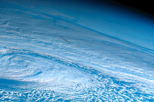 ベーリング海上空に落下した隕石(いんせき)とみられる煙。気象衛星「ひまわり8号」の画像に写っているのを英研究者が発見した(2018年12月19日午前9時20分、NICT提供)