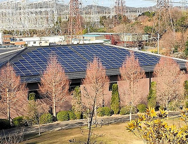 し尿処理施設の屋根に設置された市民出資による太陽光発電=奈良県生駒市