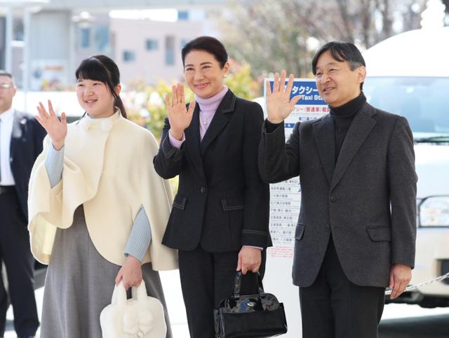 JR長野駅に到着した皇太子ご夫妻と愛子さま=2019年3月25日午後0時40分、長野市、嶋田達也撮影