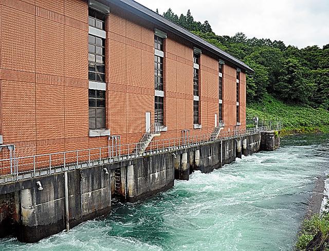 アクアプレミアムに使われている東京電力猪苗代第一発電所(出力6万3400キロワット)=福島県会津若松市