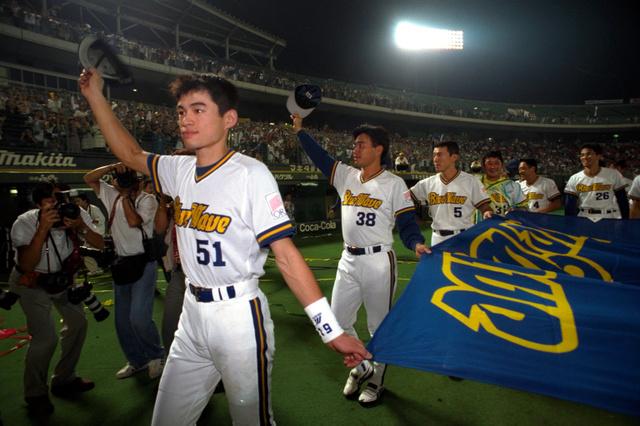 1995年にリーグ優勝し、ファンの祝福を受けながら球団旗を手に球場内を一周するイチローらオリックスの選手たち=同年9月26日、神戸市須磨区のグリーンスタジアム神戸