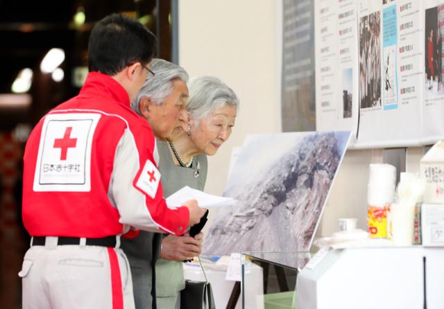 天皇陛下の在位30年記念「平成の災害と赤十字 ~語り継ぐ。過去から学び、未来に活かす~」展を見る天皇、皇后両陛下=2019年3月29日午後5時19分、東京都港区の日本赤十字社、嶋田達也撮影