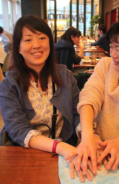 指点字の通訳を受ける荒美有紀さん=2015年4月、東京都内