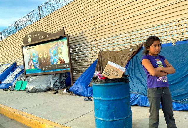 米国との国境に立つ「壁」に沿って、米国入国を目指す移民たちのテントが並んでいた=メキシコ北西部サンルイス・リオコロラド、沢村亙撮影