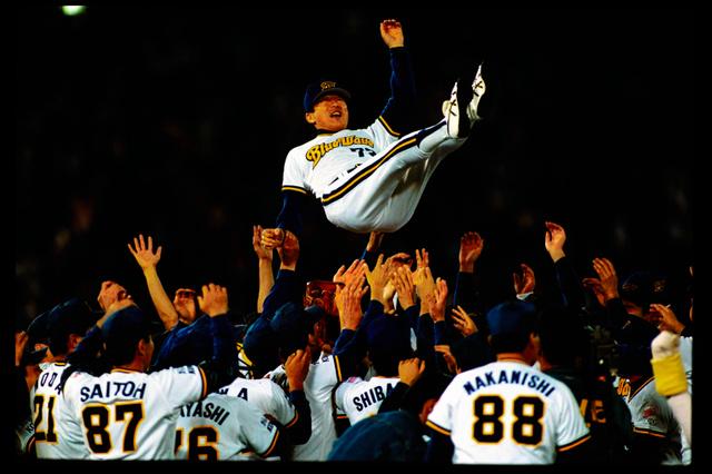 1996年にオリックスは初の日本一に。胴上げされる仰木彬監督=同年10月24日、神戸市須磨区のグリーンスタジアム神戸
