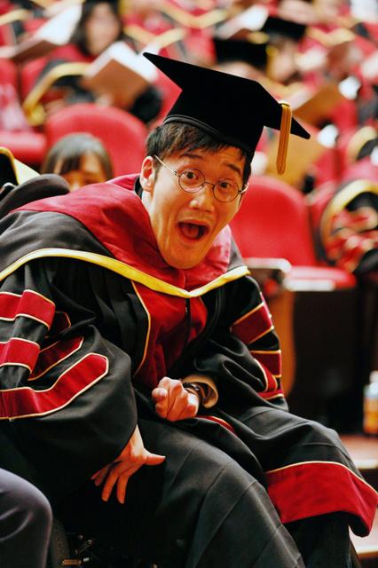 博士号を授与された天畠大輔さん。「論文を時間内に終わらせるのは大変だった」=3月23日午前、京都市中京区、槌谷綾二撮影