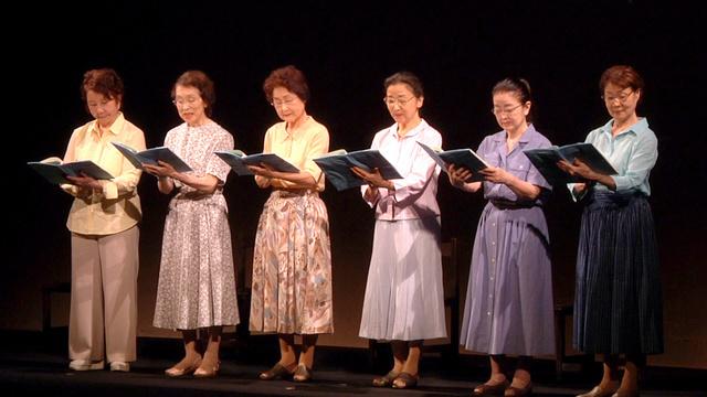 映画から。原爆朗読劇を上演する渡辺美佐子さん(左端)ら「夏の会」の俳優たち(2018年7月、広島市、太秦提供)