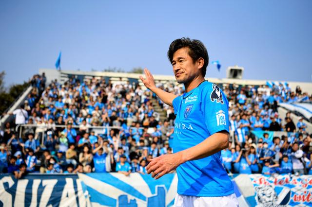 後半、選手交代でベンチに退く横浜FCの三浦=伊藤進之介撮影