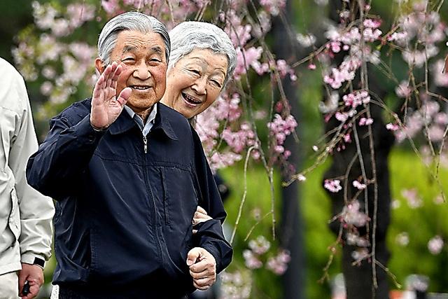 皇居の外周を散策する天皇、皇后両陛下=2019年4月7日午前7時15分、東京都千代田区