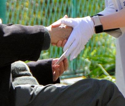 公園のお年寄りと握手