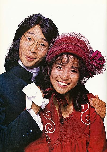 篠山さんが南沙織さん(右)を撮影した最初の1枚。月刊「明星」の表紙で、堺正章さんとのツーショットだった