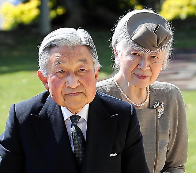 沖縄平和祈念堂を訪れた天皇、皇后両陛下。在位中最後の沖縄訪問となった=2018年3月、沖縄県糸満市
