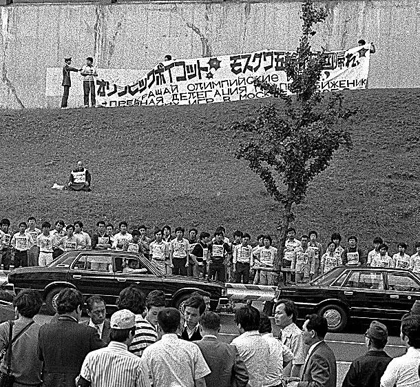 1980年5月22日、JOC臨時総会が開かれていた岸記念体育会館の外では「ボイコット賛成」を叫ぶ学生たちがいた