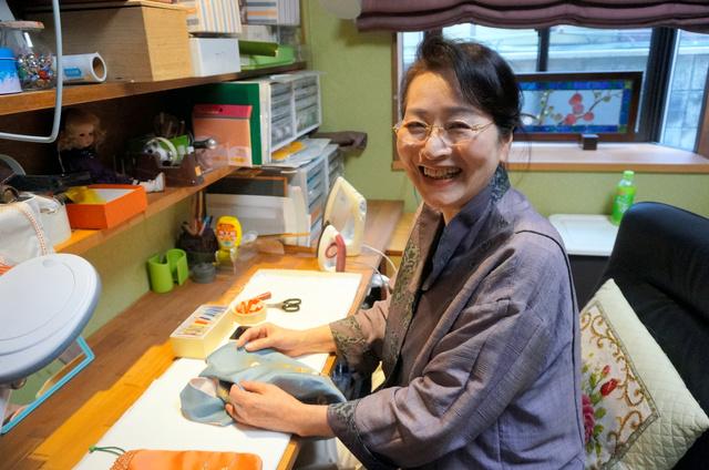 日頃制作に取り組む自室で笑顔を見せるすもりゆきこさん=広島市中区
