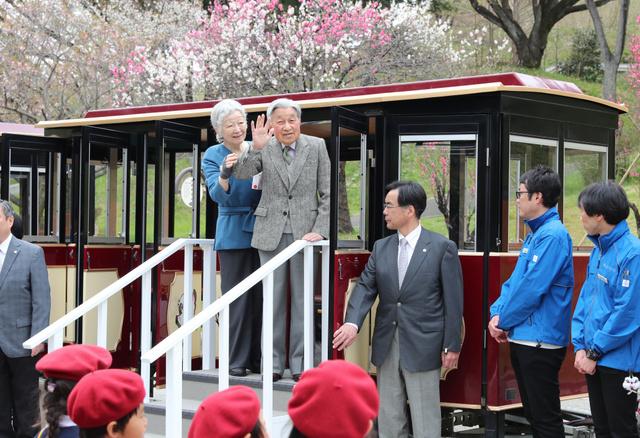 園内バス「あかポッポ号」に乗り込み、出迎えの人たちに手を振る天皇、皇后両陛下=2019年4月12日午前11時39分、横浜市青葉区のこどもの国、嶋田達也撮影