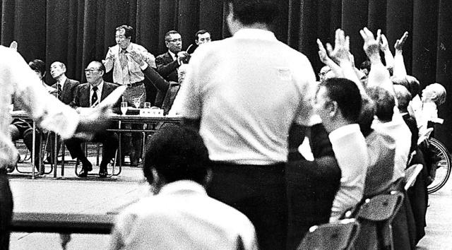 1980年5月24日、混乱の中、挙手による採決をするJOC臨時総会