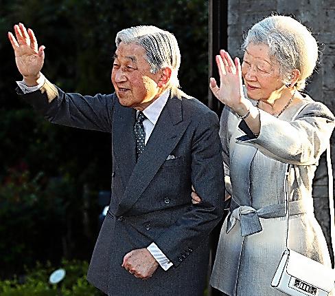 「ねむの木の庭」を訪れ、出迎えた人たちに手を振る天皇、皇后両陛下=13日、嶋田達也撮影