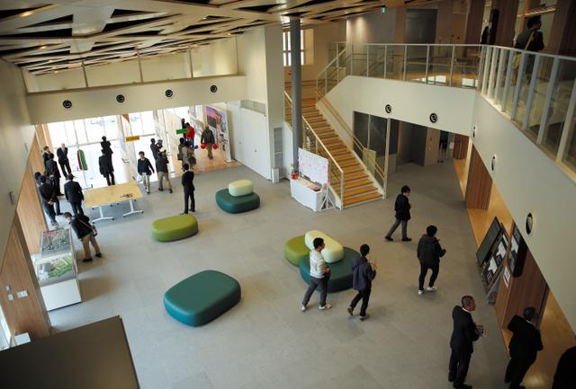 一般公開された新しい大熊町役場のエントランス。イベントにも利用できる多目的スペースになっている=福島県大熊町