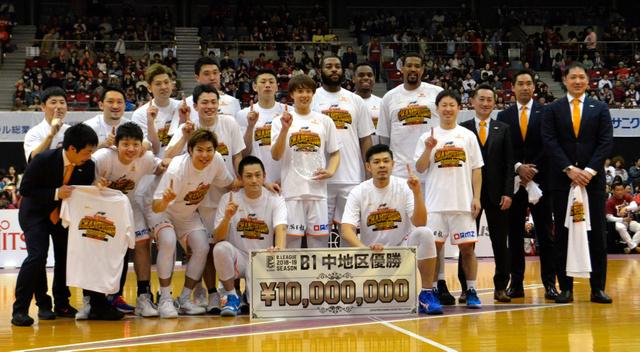 チャンピオンTシャツを着て記念撮影する新潟アルビBBの選手たち=2019年4月13日、川崎市とどろきアリーナ