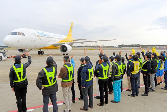 離陸を前に、社員らが手を振って別れを惜しんだ=2019年4月12日午後3時11分、千葉県成田市の成田空港、根岸敦生撮影