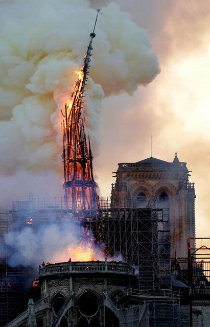 パリの象徴、炎上8時間 ノートルダム大聖堂、尖塔崩落 火元、改修工事の足場か:朝日新聞デジタル