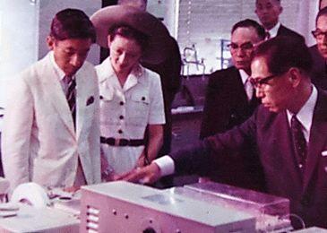 三重県公害センターを訪れた天皇、皇后両陛下(当時は皇太子、皇太子妃)。当時所長を務めていた村田元秀さん(手前右)が案内した=1973年8月4日、三重県四日市市、村田さん提供