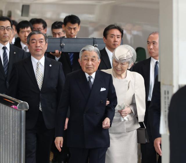 伊勢神宮参拝のため、JR東京駅を出発する天皇、皇后両陛下。後方は「三種の神器」の剣=2019年4月17日午後1時17分、嶋田達也撮影