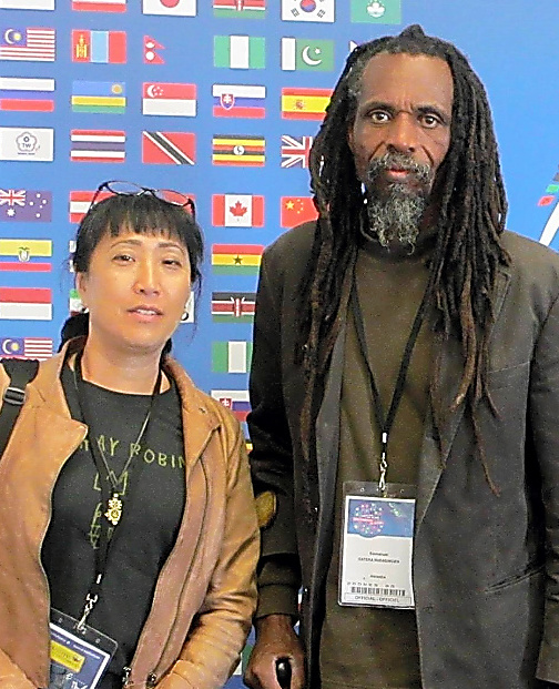 ガテラさん(右)と妻のルダシングワ真美さん
