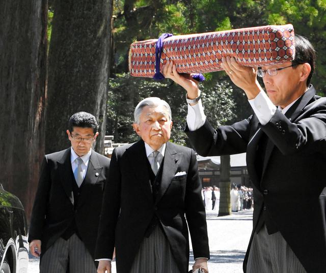伊勢神宮・外宮の参拝に向かう天皇陛下。手前は「三種の神器」の剣を運ぶ侍従=2019年4月18日午前10時47分、三重県伊勢市、迫和義撮影