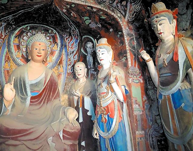 初唐時代(7~8世紀)につくられ、後世に修復された現在の第57窟の仏像=中国・敦煌の莫高窟、いずれも村山祐介撮影