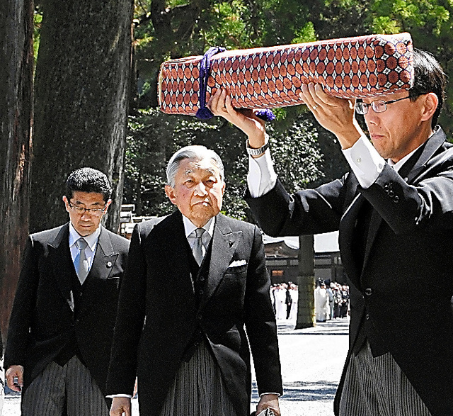 伊勢神宮・外宮の参拝に向かう天皇陛下。手前は「三種の神器」の剣を運ぶ侍従=18日午前10時47分、三重県伊勢市、迫和義撮影