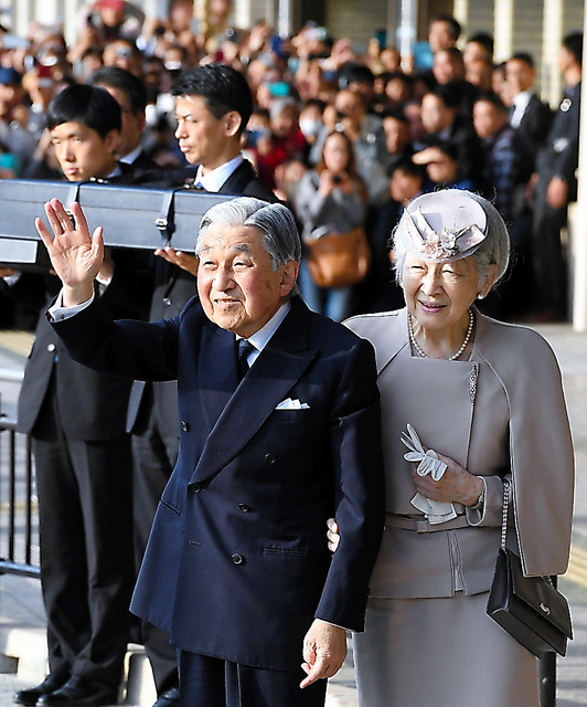 近鉄宇治山田駅に集まった人たちに手を振る天皇、皇后両陛下=18日、三重県伊勢市、代表撮影