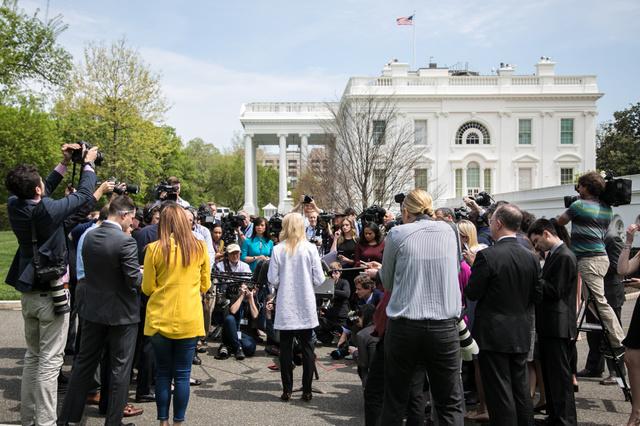 18日、ホワイトハウスでコンウェイ米大統領顧問に質問しようと集まった記者団=ワシントン、ランハム裕子撮影