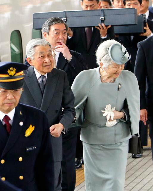 伊勢神宮参拝を終え、帰京する天皇、皇后両陛下=2019年4月19日午後1時6分、JR名古屋駅、代表撮影