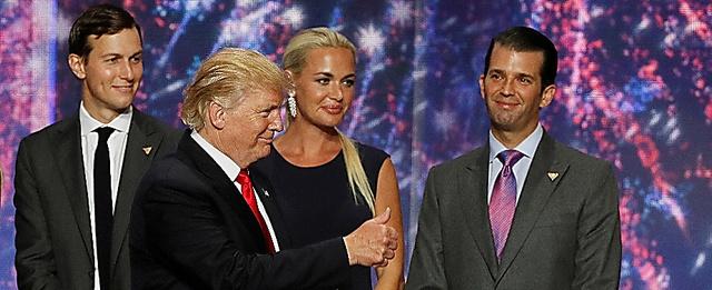 トランプ米大統領(左から2番目)と長男ジュニア氏(右端)、娘婿のクシュナー氏(左端)ら=ロイター