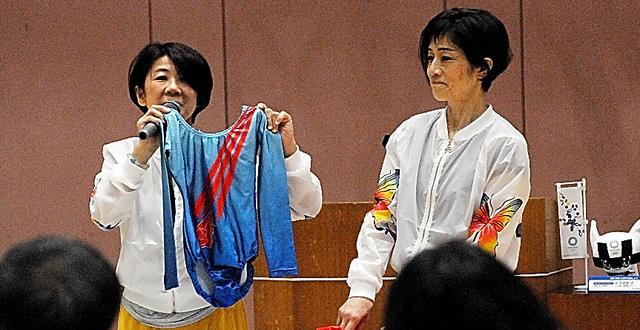 トークショーで現役時代のエピソードを披露する竹内由佳さん(左)と津田桂さん