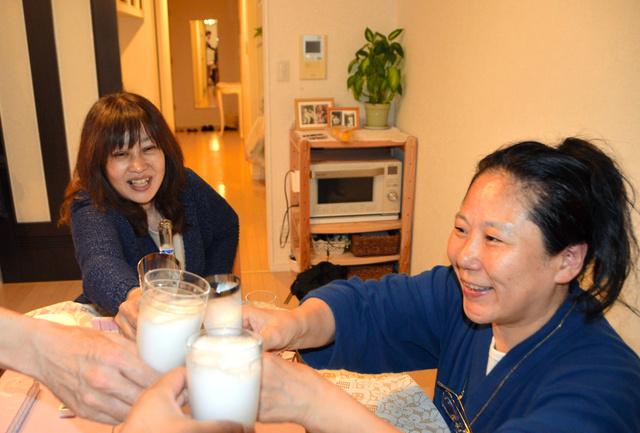「手伝ってくれてありがとうね」。東京都千代田区議選で落選が決まり、支援してくれた家族と自宅で乾杯する山田千洋さん(右)=2019年4月22日午前0時12分、東京都千代田区