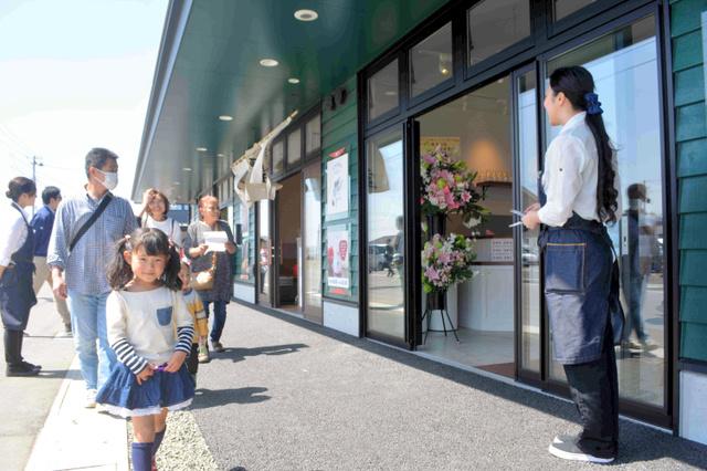 22日は「かわまちてらす閖上」のプレオープン。地元の人たちが大勢訪れた=宮城県名取市閖上